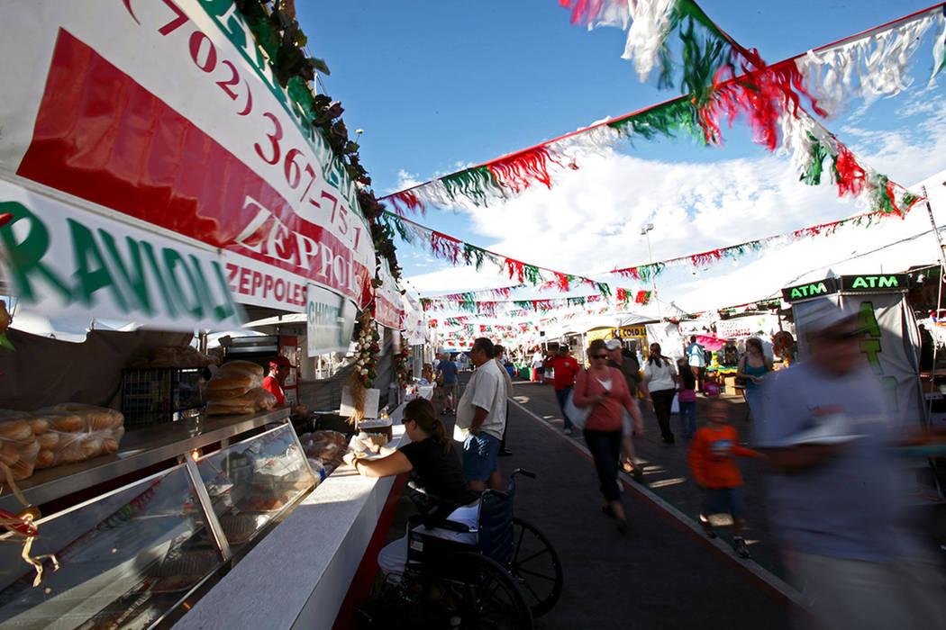 Los asistentes la festival de San Genaro se pasean a través de las innumerables tiendas y restaurantes móviles del viernes. | LOUIE TRAUB / REVIEW-JOURNAL