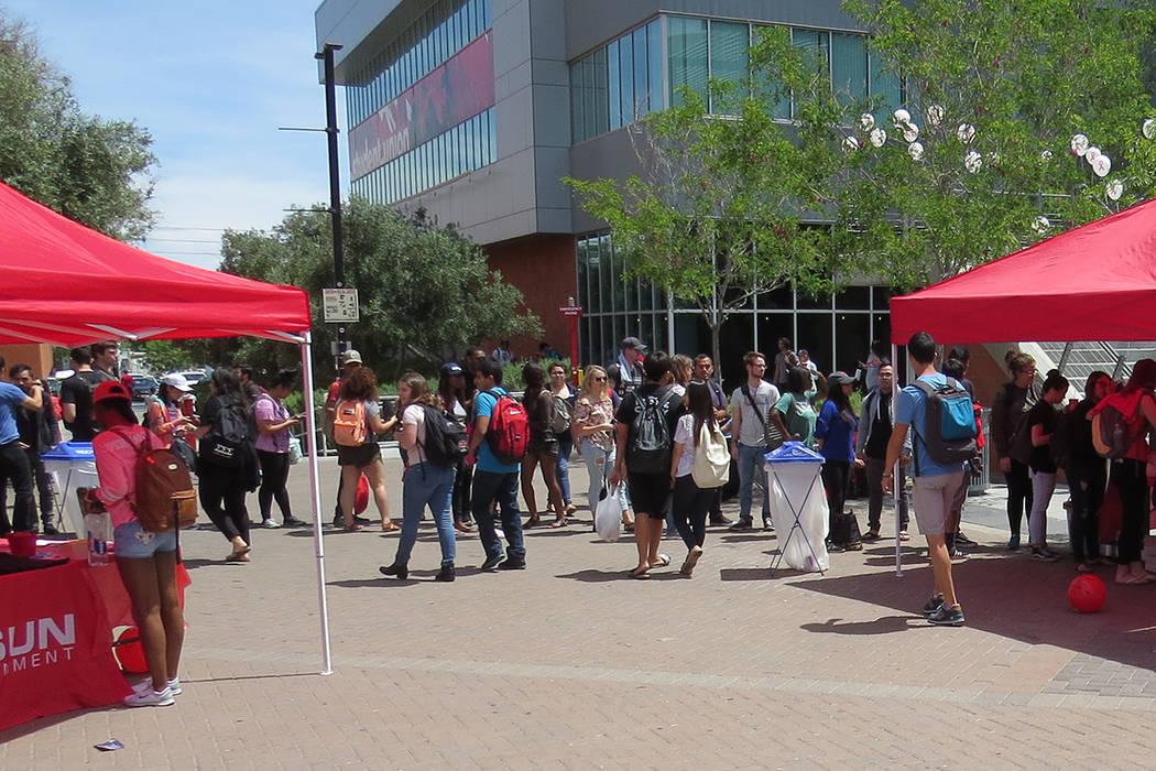 Decenas de estudiantes pudieron convivir consumir alimentos mientras recibían información de utilidad, miércoles 26 de abril en UNLV. | Foto El Tiempo/Anthony Avellaneda