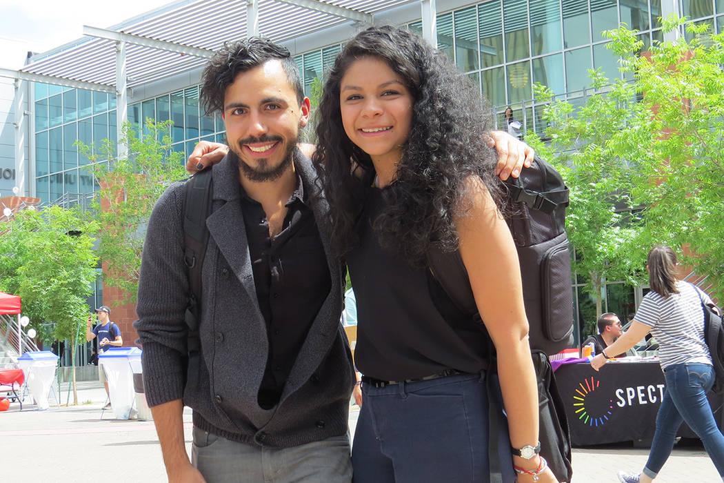 Los estudiantes Jimmy Silva y Thalía Meza coincidieron en que es importante que se expresen en público este tipo de temas e historias de vida, miércoles 26 de abril en UNLV. | Foto El Tiempo/An ...