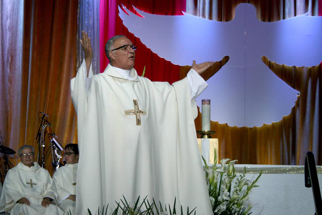 El padre Gregorio León ofició misa en representación del obispo Joseph Pepe, el domingo 30 de abril para cerrar el Encuentro Carismático de Renovación. | Foto El Tiempo/Valdemar González