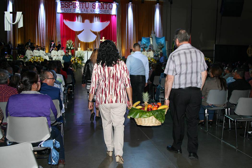 Momento durante la misa el domingo 30 de abril en el Cashman Center, en el Encuentro Carismático. | Foto El Tiempo/Valdemar González