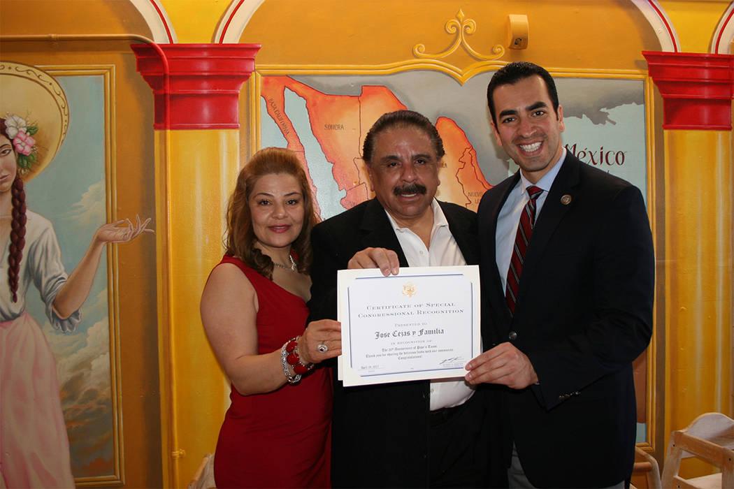 Desde la izquierda: Marta y José Ceja reciben un reconocimiento del congresista Rubén Kihuen por el 20 aniversario de Pepe's Tacos.   Fotos El Tiempo/Valdemar González