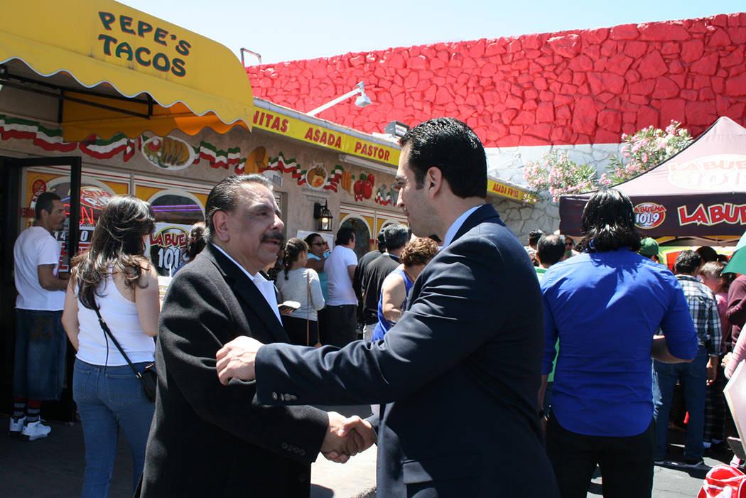 José Ceja, fundador de Pepe's Tacos (izquierda) recibe el saludo del congresista Rubén Kihuen, el sábado 29 de abril del 2017, durante el 20 aniversario de la taquería.   Fotos El Tiempo/Val ...