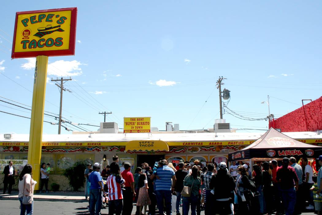 La celebración del 20 aniversario de la taquería de Pepe's Tacos, en el 1401 N. Decatur, el 29 de abril del 2017.   Fotos El Tiempo/Valdemar González