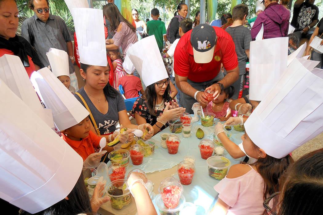 1.-Taller de cocina de Mariana's Supermarket. Los niños aprendieron a hacer guacamole. | Foto El Tiempo/Valdemar González