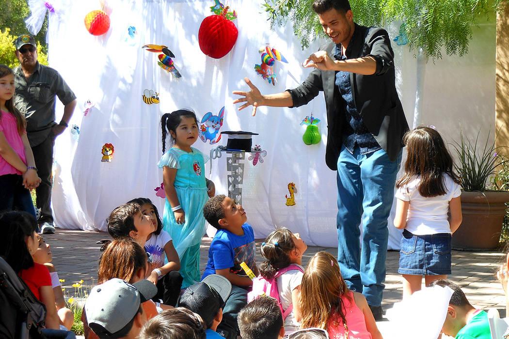 3.-El show de magia fue una de las atracciones que atrapo la atención de los chiquitines, durante el festejo del Día del Niño, el sábado 29 de abril en Springs Preserve. | Foto El Tiempo/Valde ...