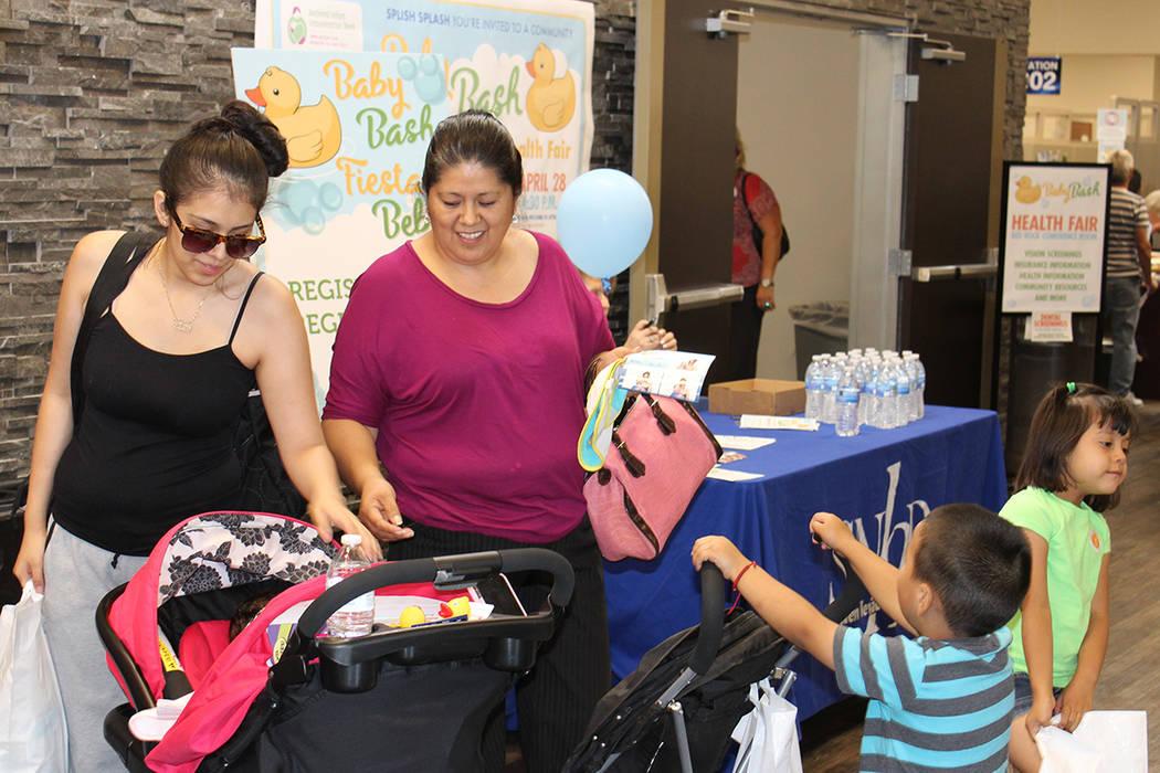 Angélica Miranda y su familia acudieron por sus vacunas a la feria de salud coordinada por el SNHD, el viernes 28 de abril de 2017. | Foto El Tiempo/Cristian De la Rosa