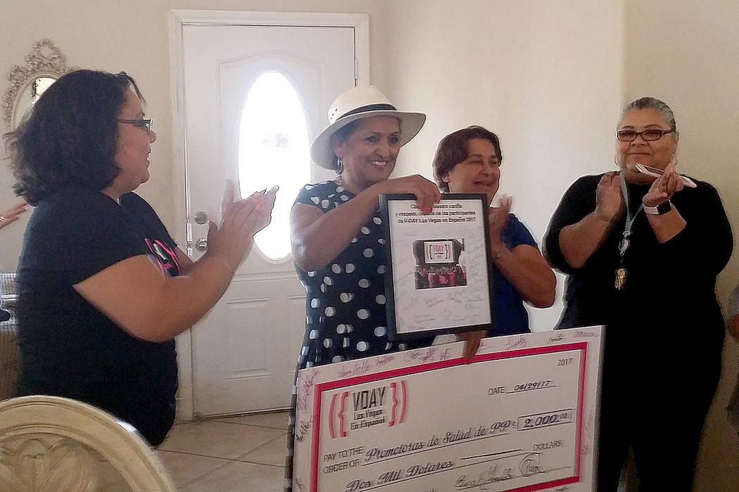Las integrantes del grupo VDay Las Vegas entregaron los fondos recaudados para el programa Promotoras de Salud de Planned Parenthood, sábado 29 de abril. Foto Cortesía