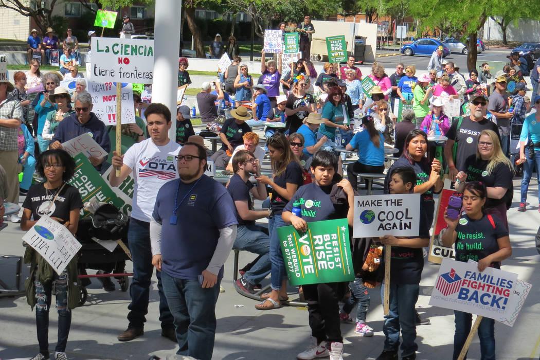 Decenas de personas se manifestaron contra las políticas del gobierno federal que afectarían la conservación del medio ambiente, sábado 29 de abril en UNLV. | Foto El Tiempo/Anthony Avellaneda
