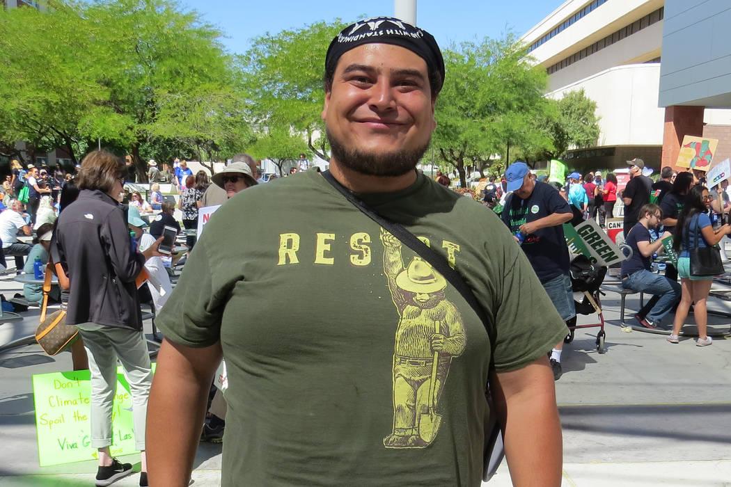 """""""Cuando nosotros nos involucramos como comunidad tenemos la habilidad de influenciar en nuestros líderes elegidos"""", organizador comunitario de Sierra Club, Christian Gerlach, sábado 29 de ab ..."""
