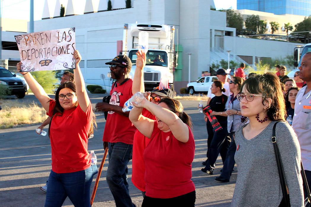 Con pancartas que pedían alto a las deportaciones marcharon miles de manifestantes el Día del Trabajo. Su principal petición fue el respeto a los derechos de los trabajadores y de los inmigrant ...