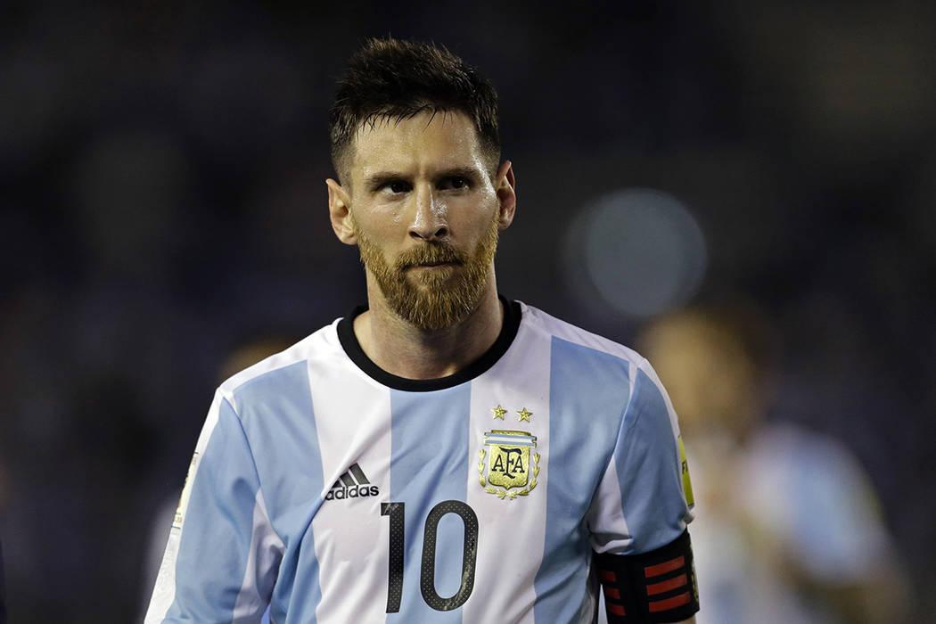 El argentino Lionel Messi deja el terreno de juego tras un partido de fútbol de la Copa Mundial de Rusia 2018 entre Argentina y Chile en el estadio Monumental de Buenos Aires, Argentina, el jueve ...