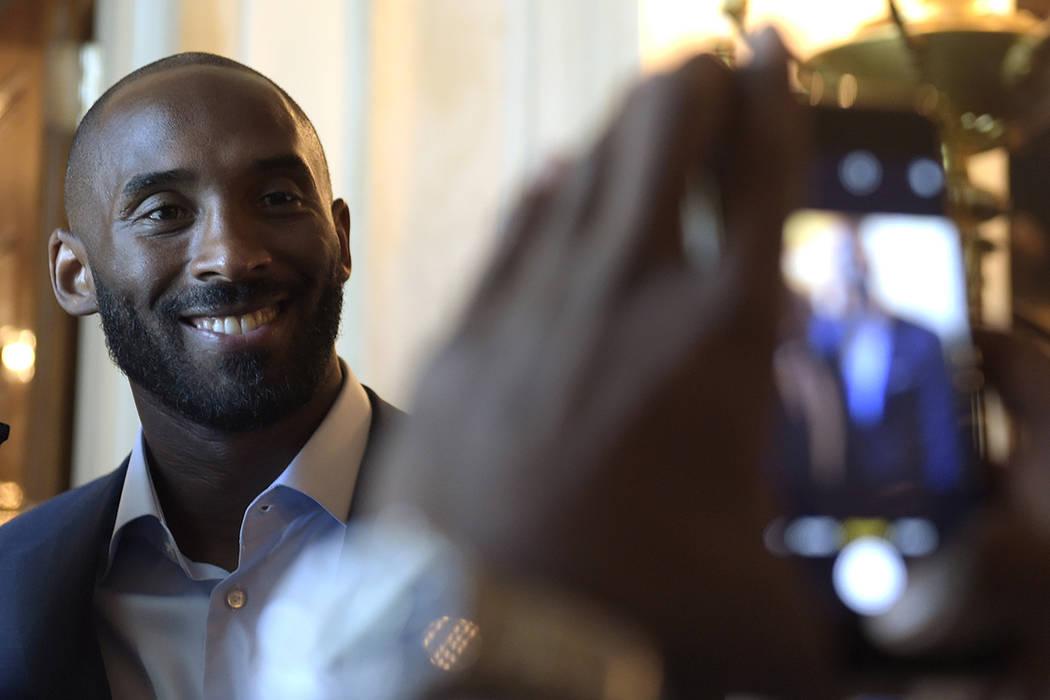 ARCHIVO- Kobe Bryant posa para una foto durante una recepción en el gran vestíbulo de la Casa Blanca en Washington, el viernes, 23 de septiembre de 2016, para la apertura del Museo Nacional Smit ...