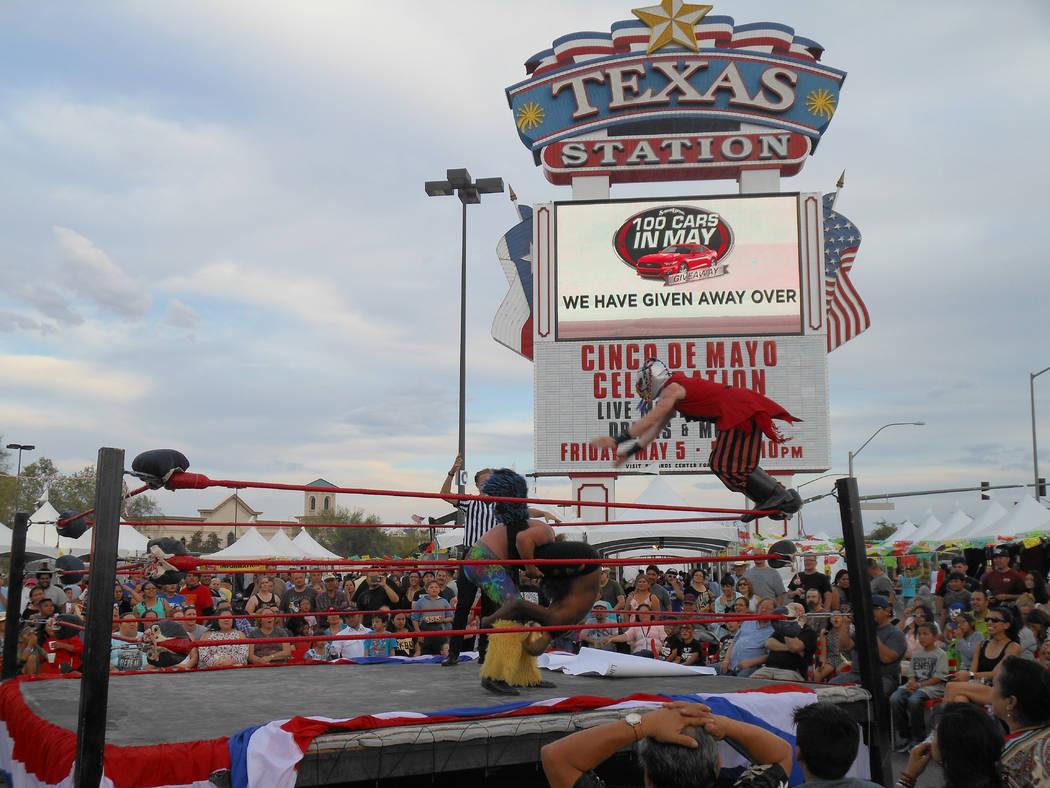 Una de las atraciones más gustadas fue la lucha libre durante el festival de Cinco de mayo de El Tiempo en el hotel casino de Texas Station en North Las Vegas el viernes 5 de mayo de 2017. Foto V ...