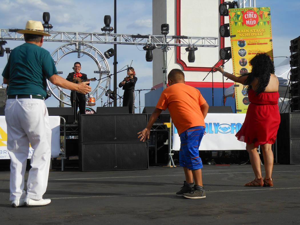 El Mariachi abrió el programa artístico y la gente aprovechó para bailar durante el festival de Cinco de mayo de El Tiempo en el hotel casino de Texas Station en North Las Vegas el viernes 5 de ...