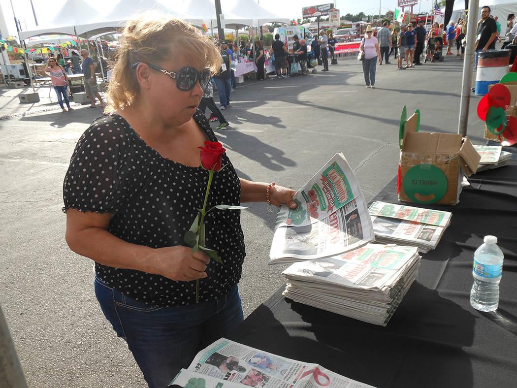 La gente aprovechó para subscribirse gratis al semanario El Tiempo durante el festival de Cinco de mayo en el hotel casino de Texas Station en North Las Vegas el viernes 5 de mayo de 2017. Foto V ...