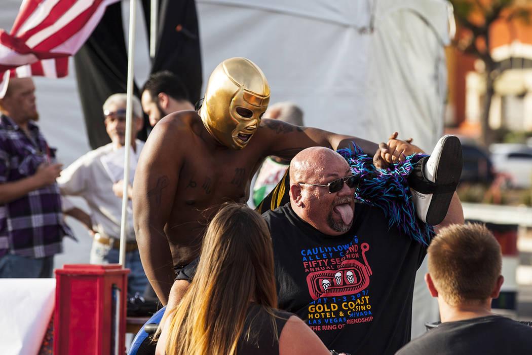 Mike Ross se toma una foto con el luchador Nacho Negro durante el festival de Cinco de mayo de El Tiempo en el hotel casino Texas Station en North Las Vegas el viernes 5 de mayo de 2017. Miranda A ...