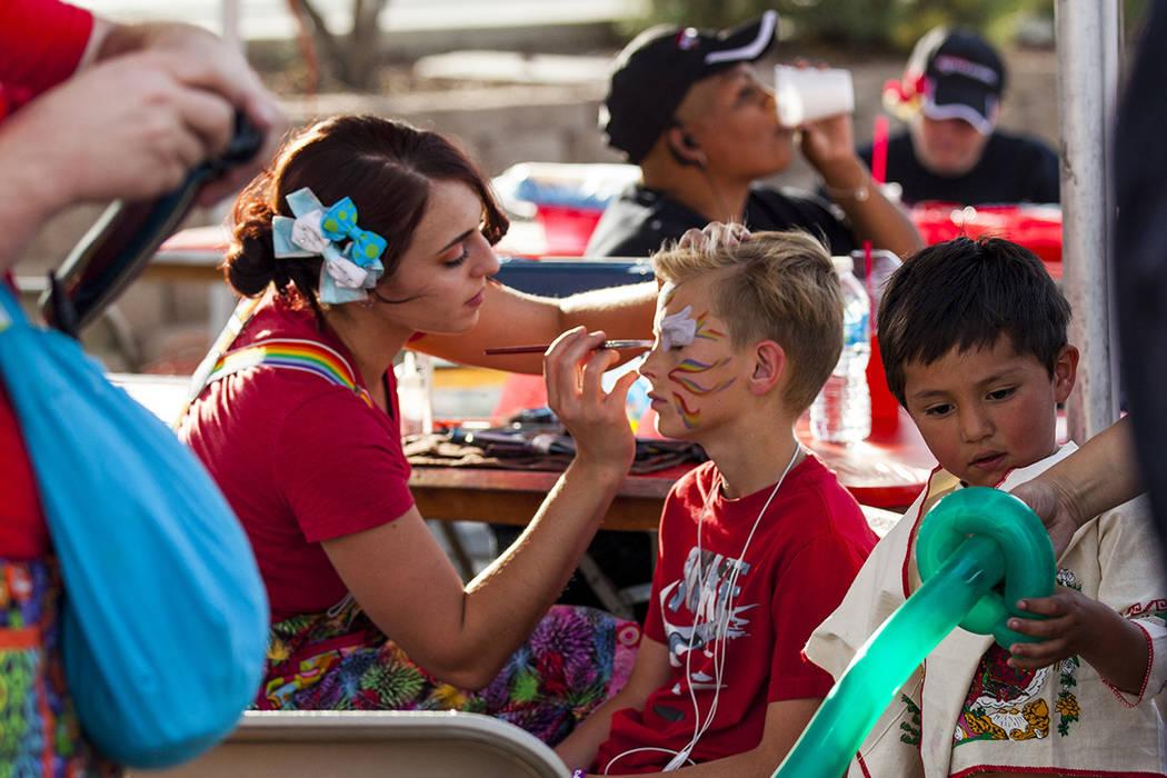 Jayce Turner, se pinta su cara por la artista Ashly Azzurro durante el festival de Cinco de mayo de El Tiempo en el hotel y casino Texas Station en North Las Vegas el viernes, 5 de mayo, 2017. | F ...