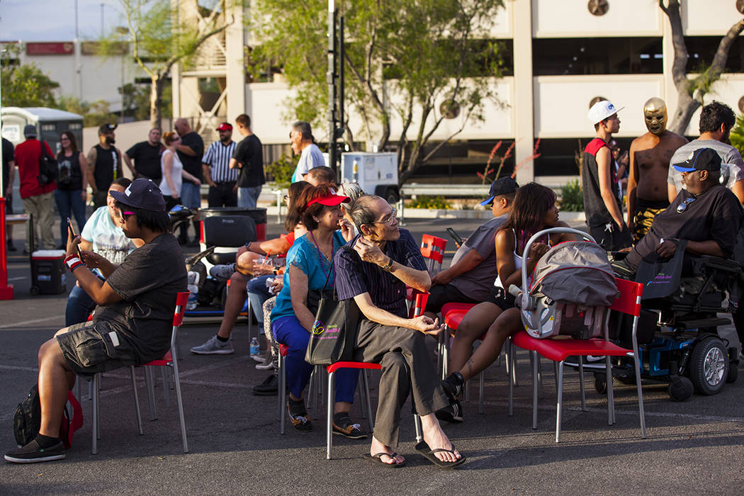 Los asistentes escuchan música en vivo mientras esperan el show de lucha libre durante el festival de Cinco de mayo de El Tiempo en el hotel-casino de Texas Station en North Las Vegas el viernes  ...