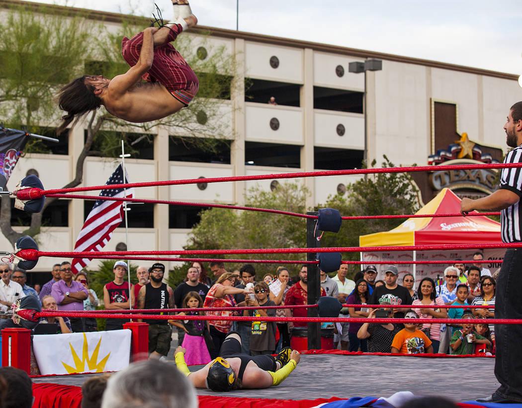 Los asistentes disfrutan del show de lucha libre durante el festival de Cinco de mayo de El Tiempo en el hotel-casino de la estación de Tejas en el norte de Las Vegas el viernes 5 de mayo de 2017 ...