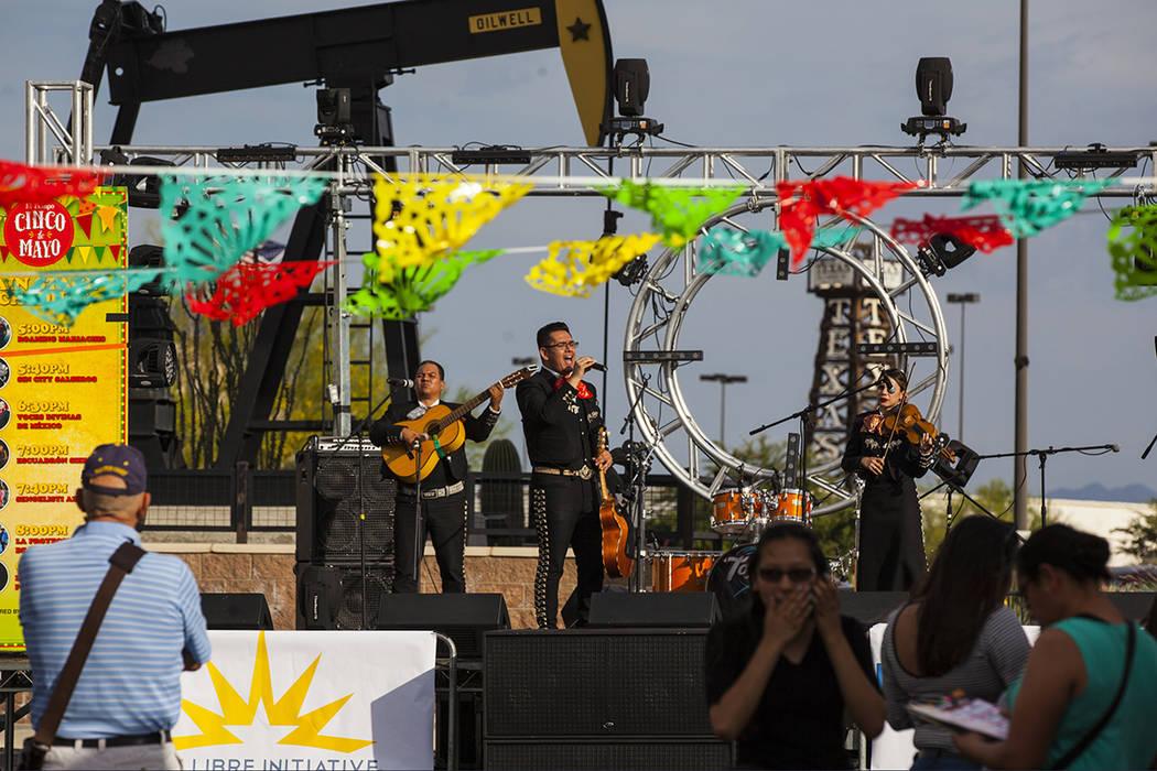 The Roaming Mariachi se presentan durante el festival de Cinco de mayo de El Tiempo en el hotel casino de Texas Station en North Las Vegas el viernes 5 de mayo de 2017. Miranda Alam Las Vegas Revi ...