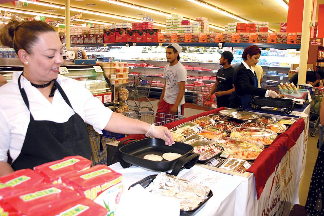 2. En toda la amplia tienda los clientes pudieron encontrar pequeños puestos con pruebas de alimentos. Aquí las mini quesadillas; al centro frutas y al fondo los chiles rellenos. | Foto El Tiemp ...