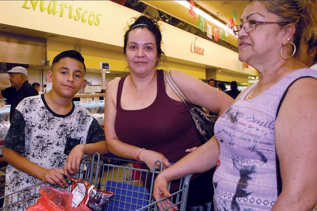 La familia Tamayo de compras en La Bonita # 6. | Foto El Tiempo/Valdemar González.