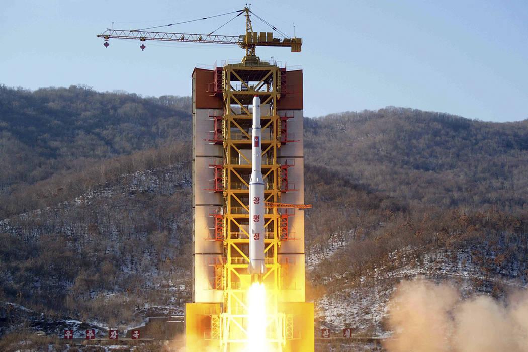 ARCHIVO - La imagen del archivo del 7 de febrero de 2016, difundida por la Agencia Central Coreana de Noticias (KCNA) y distribuida por el Servicio de Noticias de Corea (KNS), muestra un cohete qu ...