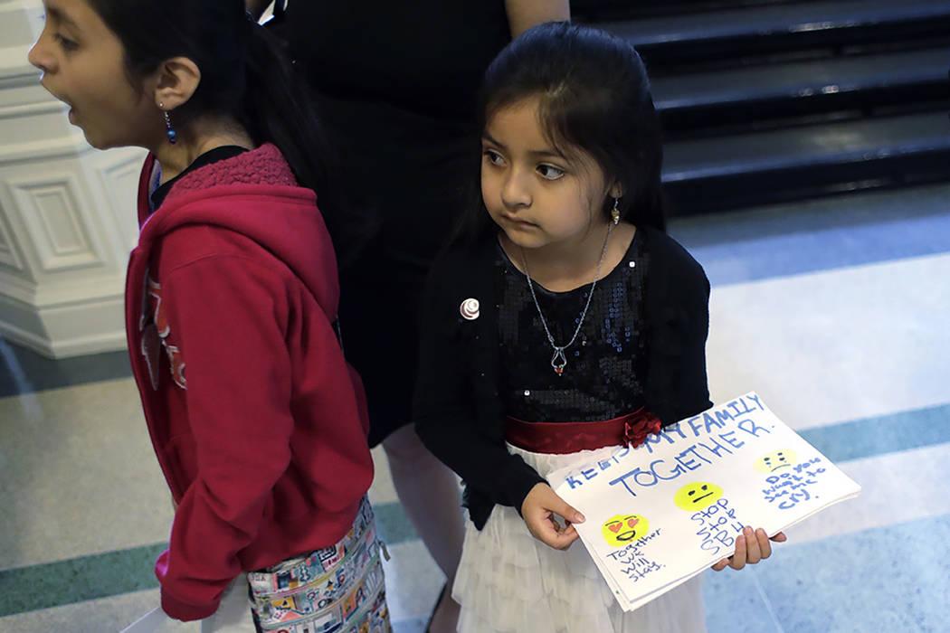 """Andrea Martínez, derecha, y otros estudiantes reparten volantes hechos a mano, en oposición a la ley SB4, en contra de """"ciudades santuarios"""" la cual ya fue aprobada por el Senado de Texas y  ..."""