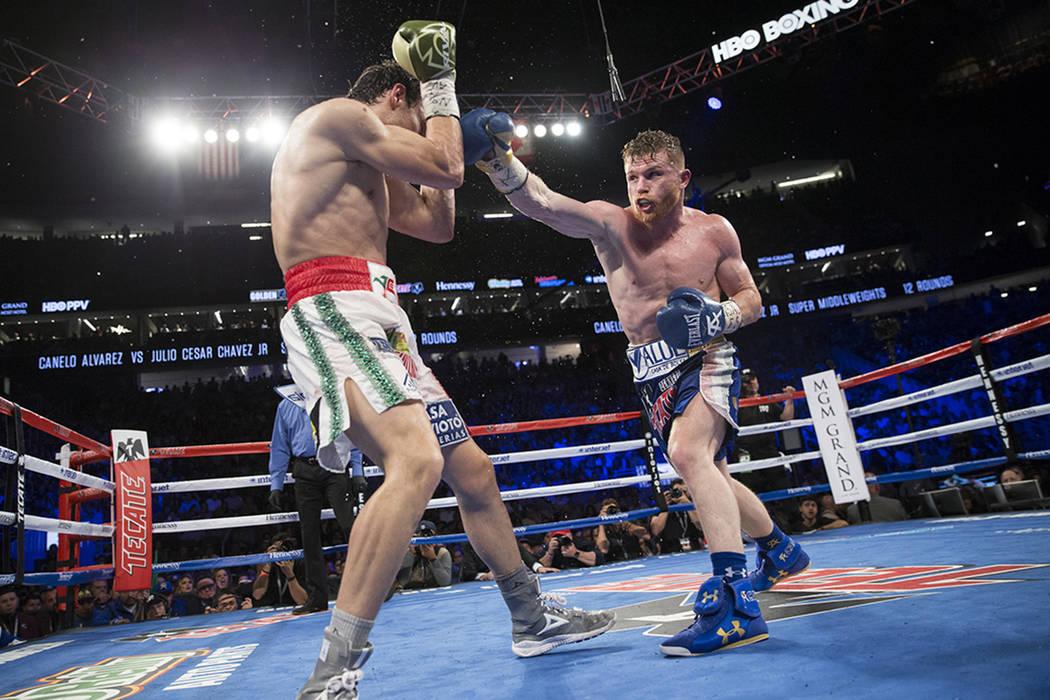 Julio Cesar Chávez Jr., a la izquierda, pelea con Saúl 'Canelo' Álvarez en el T-Mobile Arena el sábado, 6 de mayo de 2017, en Las Vegas. Álvarez ganó por decisión unánime. | Erik Verdu ...