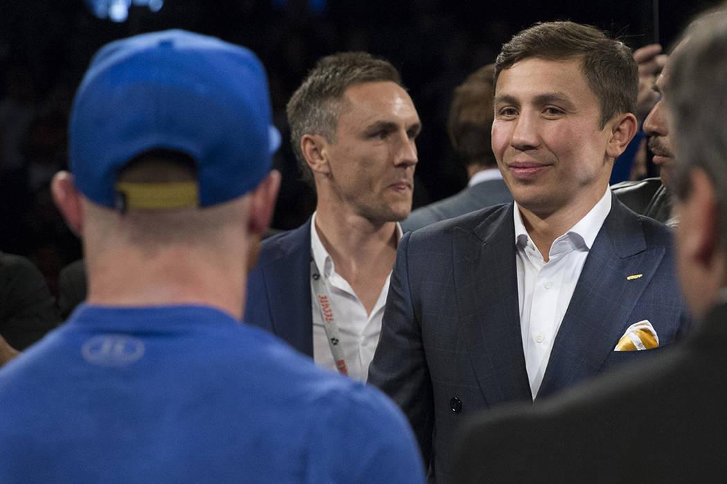 Saúl 'Canelo' Álvarez, a la izquierda, y Gennady Golovkin anunciaron su pelea para septiembre después de la decisión unánime de Álvarez contra Chávez Jr. en el combate realizado en el T ...