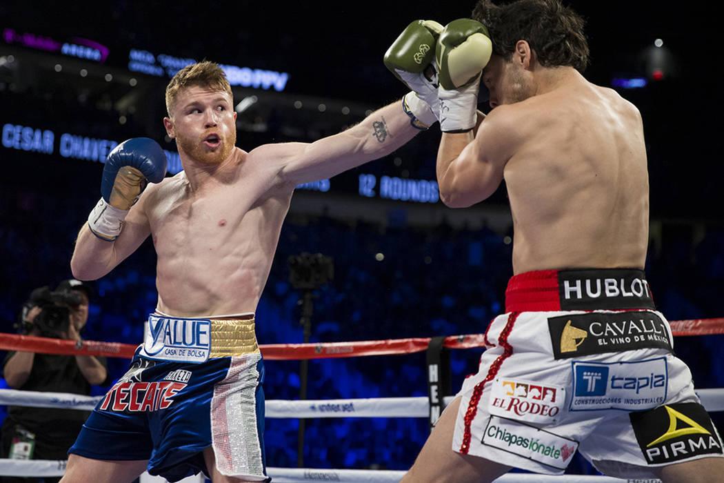Saul Canelo Alvarez, a la izquierda, golpea a Julio César Chávez Jr. en la pelea de pesas en el T-Mobile Arena el sábado, 6 de mayo de 2017, en Las Vegas. Álvarez ganó por decisión unánime. ...