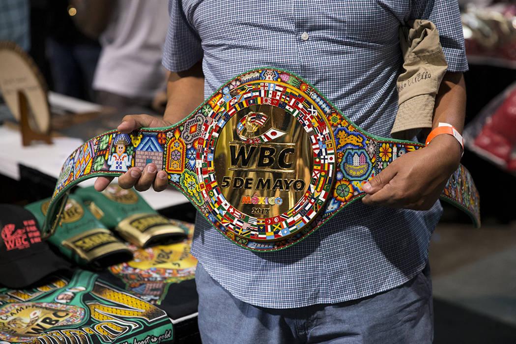 El cinturón huichol del CMB que será entregado al ganador de la pelea de boxeo entre Julio César Chávez y Saúl Canelo Álvarez durante la Box Fan Expo en el Centro de Convenciones de Las Vega ...