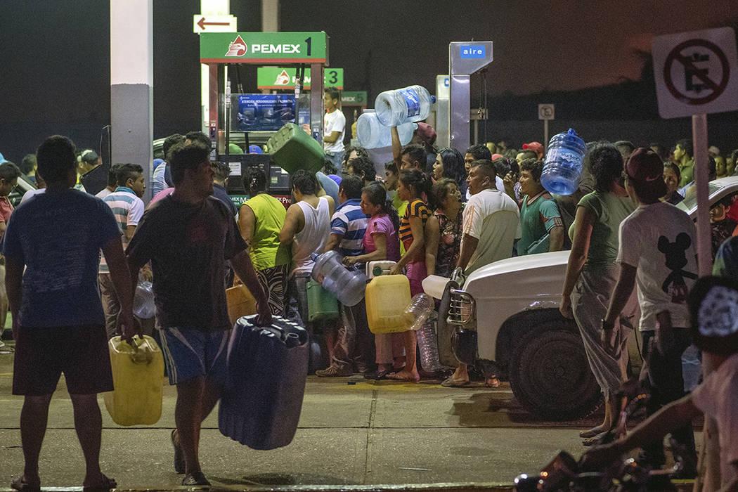 Residentes roban gasolina y diesel de una estación de gasolina, luego de protestas en contra del alza de gasolina en Allende, Veracuz, México, el martes, 3 de enero, 2017. Foto AP/Erick Herrera.