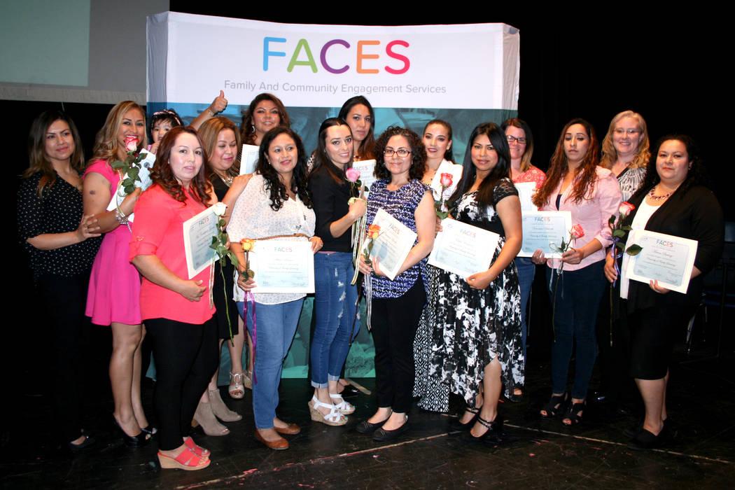Parte de las 193 madres de familia que recibieron sus certificados por cumlir con los cursos del Programa FACES, del Distrito Escolar del Condado de Clark. | Foto El Tiempo/Valdemar González.