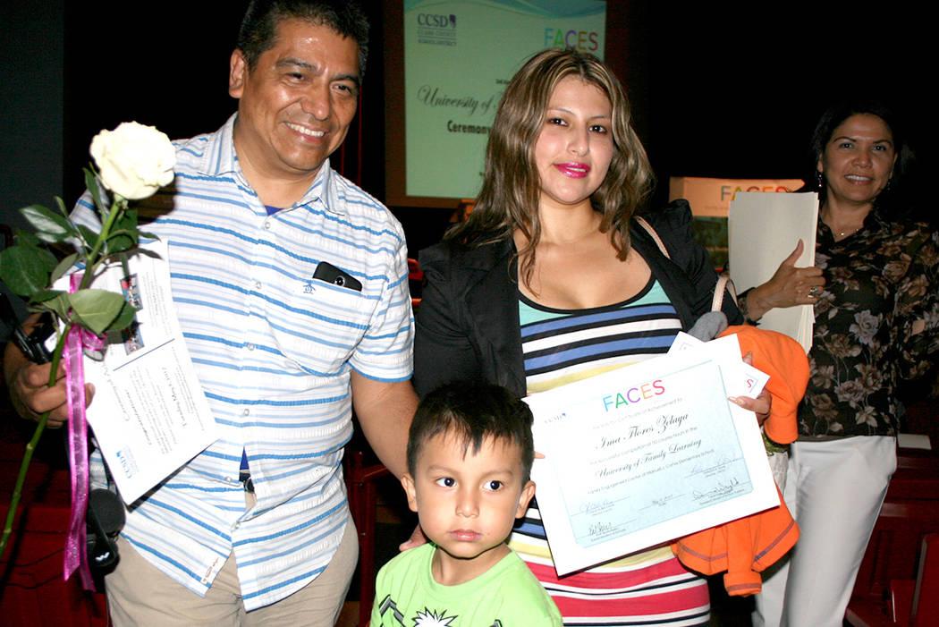 La señora Ima Flores acompañada de su esposo e hijo luego de recibir su certificado de FACES – CCSD, el 9 de mayo del 2017 en la Western High School. | Foto El Tiempo/Valdemar González.