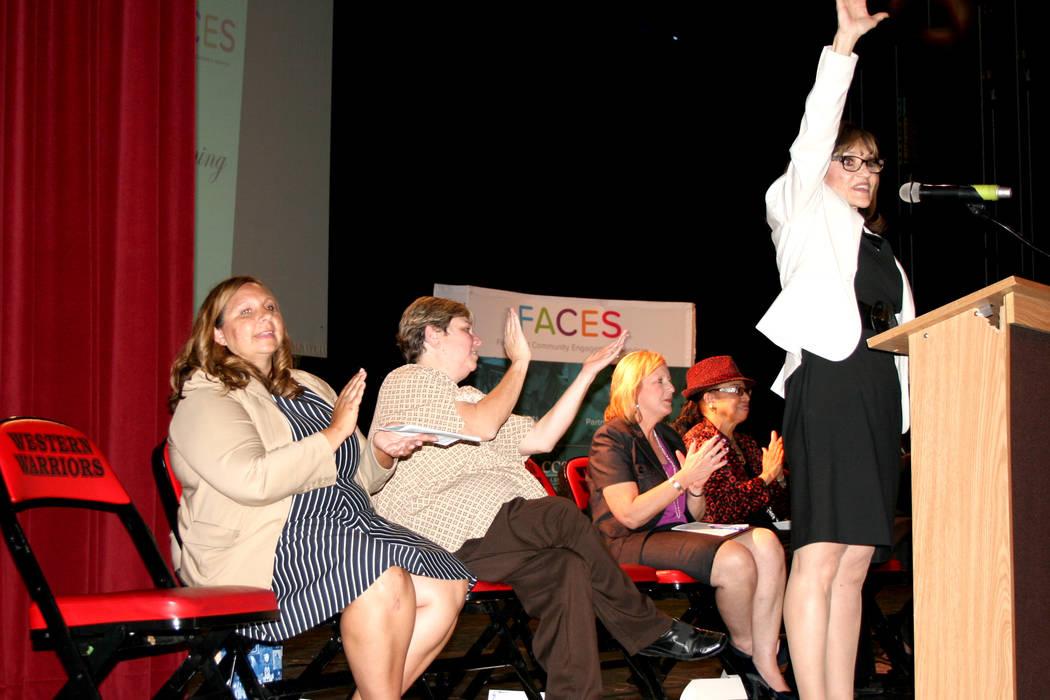 Desde la izquierda: Mónica Cortez, directora de la Western HS; Deanna Wright, presidenta de la Mesa Directiva del CCSD; Cheryl Davis, codirectora de FACES; Linda Young, miembro de Mesa Directiva  ...