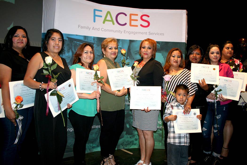 Grupo de mamás graduadas de FACES. | Foto El Tiempo/Valdemar González.