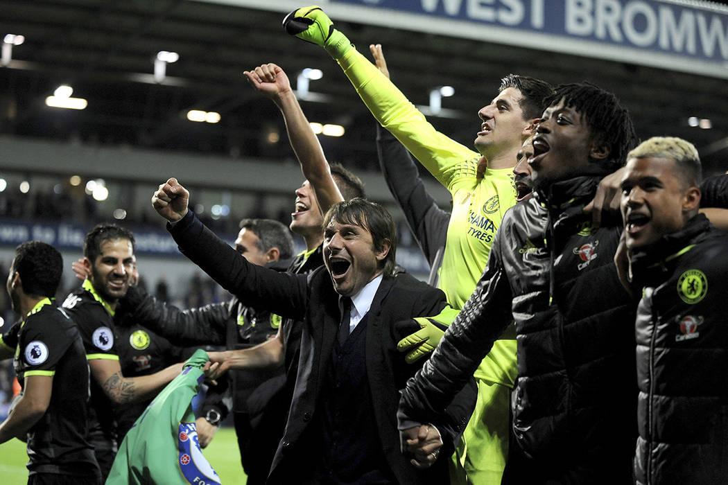 El entrenador del Chelsea, Antonio Conte, celebra en el Hawthorns de West Bromwich, Inglaterra, el viernes, 12 de mayo de 2017. El Chelsea ganó el partido por 0-1, lo que significa que ganaron el ...