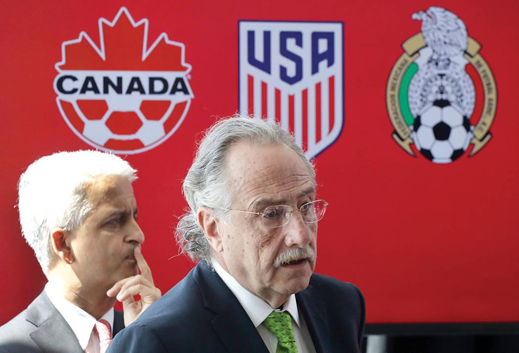 Sunil Gulati, a la izquierda, presidente de la Federación de Fútbol de Estados Unidos; y Decio de Maria, presidente de la Federación Mexicana de Fútbol, celebran una conferencia de prensa el l ...