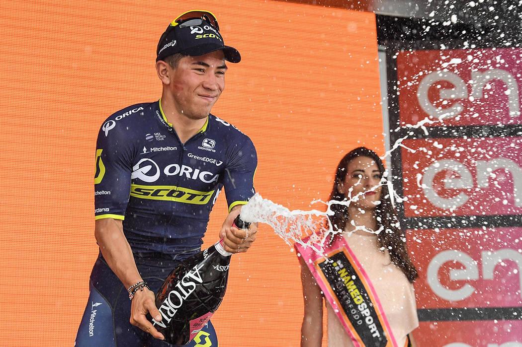 El australiano Caleb Ewan celebra el podio después de ganar la séptima etapa de la 100ª edición del Giro de Italia, Tour de Italia, de Castrovillari a Alberobello, Italia, el viernes 12 de may ...
