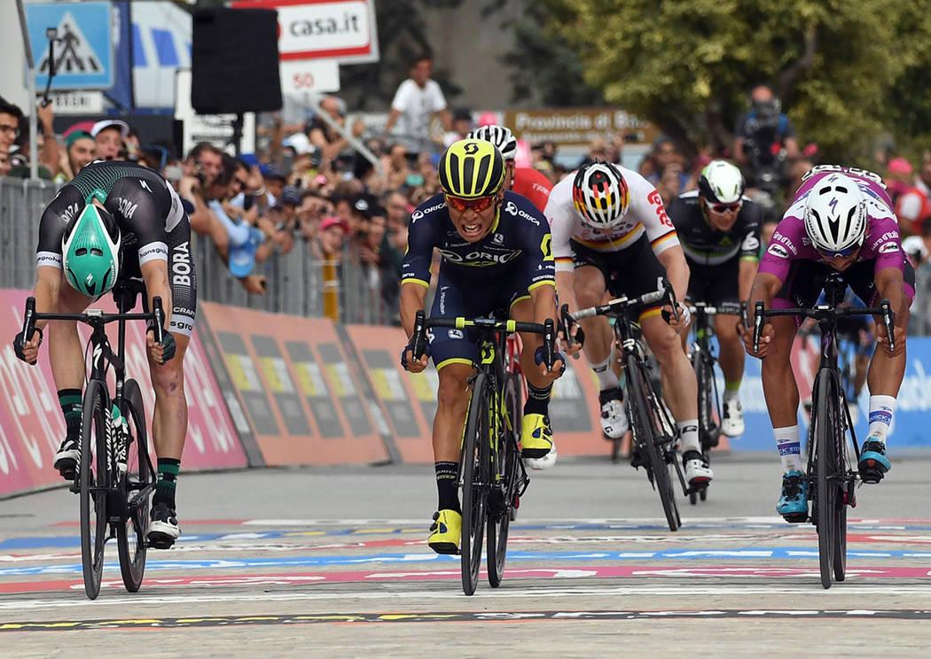 El asutraliano Caleb Ewan, al centro, acelera por delante de Sam Bennett, izquierda, y Fernando Gaviria, para ganar la séptima etapa del Giro de Italia, de Castrovillari a Alberobello, el viernes ...