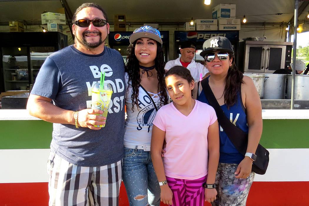 SG 5: La familia Pineda asistió por primera vez al Festival San Gennaro y degustaron la gastronomía italiana. Miércoles 10 de mayo en el parque Craig Ranch. Foto El Tiempo.
