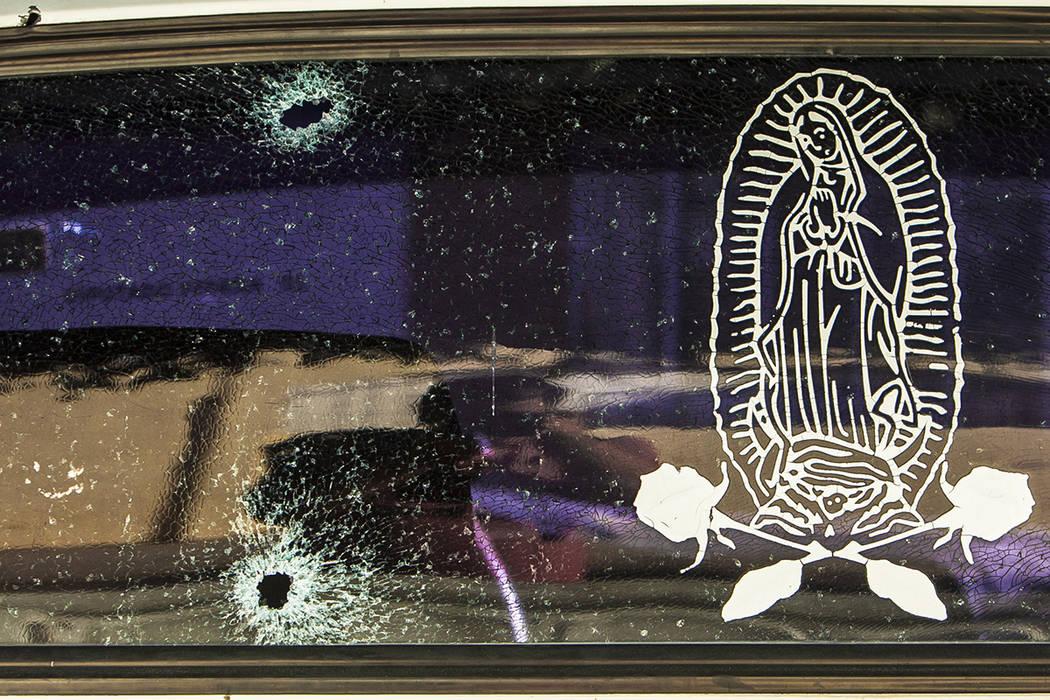El parabrisas trasero de un vehículo se mantiene unido por una película transparente con la imagen de la Virgen de Guadalupe, luego de ser golpeado por un par de balas en Culiacán, México, el  ...