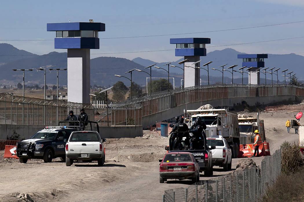 ARCHIVO- La Policía Federal patrulla en el perímetro de la prisión de máxima seguridad del Altiplano en Almoloya, al oeste de la ciudad de México, el sábado 9 de enero de 2016, donde Joaquí ...