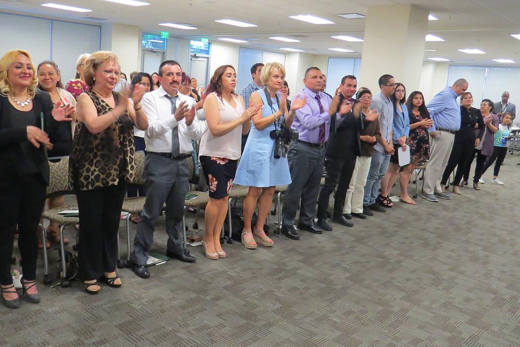 Con gran emoción, los estudiantes graduados celebraron la culminación de su ciclo en la Academia Civil Hispana. Miércoles 10 de mayo en el edificio de LVMPD. | Foto El Tiempo/Anthony Avellaneda.