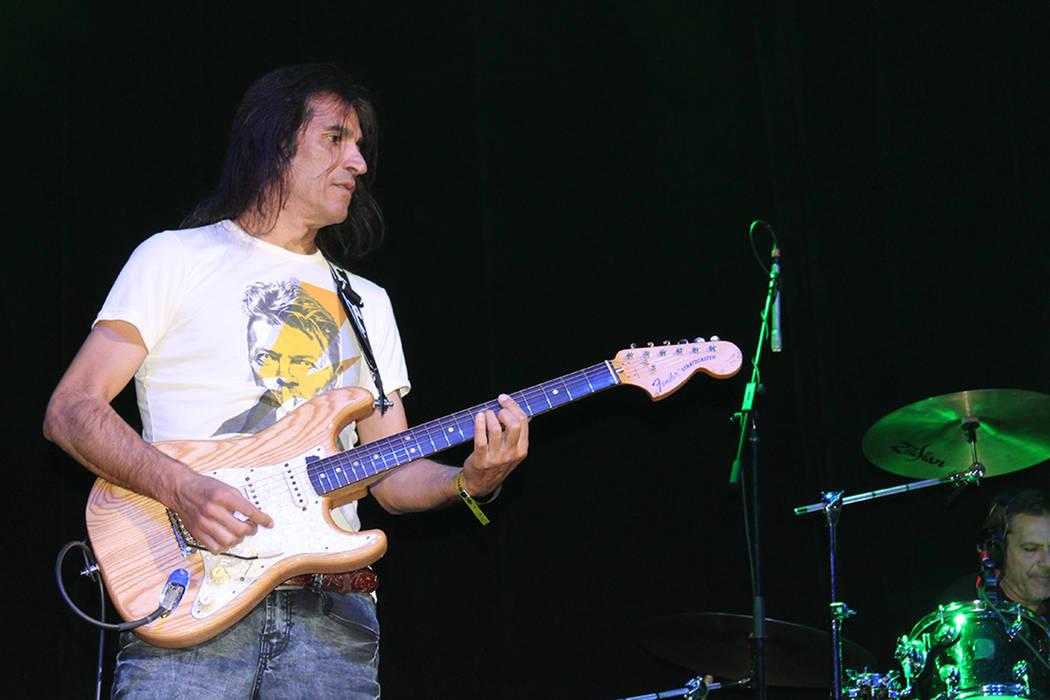 El guitarrista Felipe Staiti utilizó una playera en honor al fallecido David Bowie.   Foto El Tiempo/Cristian De la Rosa.