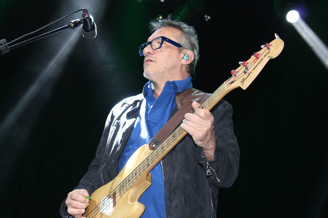 Marciano Cantero, bajista y voz, tocó introducciones de Soda Stereo y Juanes.   Foto El Tiempo/Cristian De la Rosa.