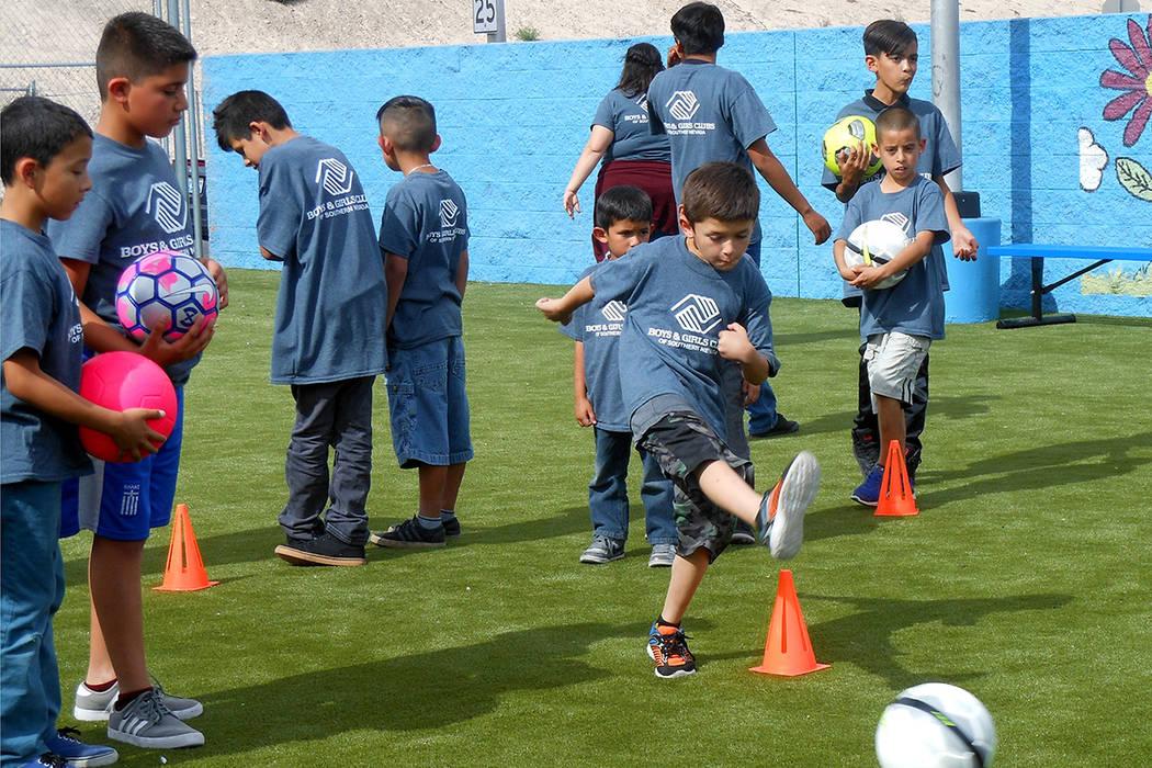 Niños de Boys & Girls Club Downtown durante una clínica de fútbol soccer en la nueva cancha, el 16 de mayo del 2017. | Fotos El Tiempo/Valdemar González.