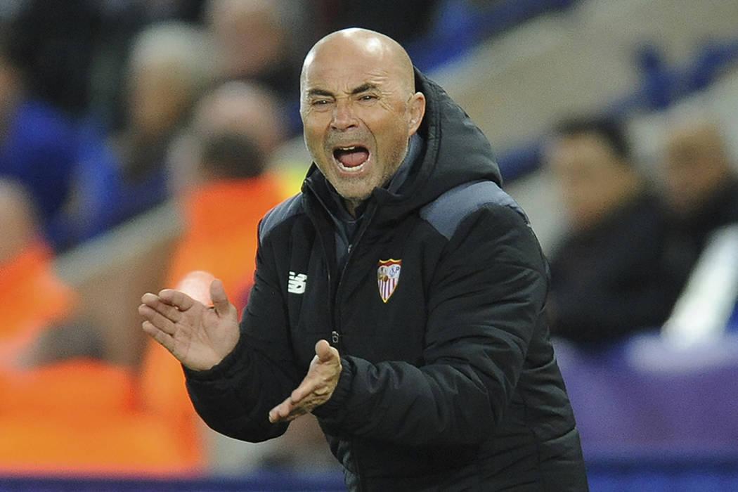 ARCHIVO- En esta foto de 14 de marzo de 2017, Jorge Sampaoli, entrenador en jefe de Sevilla, grita a su equipo durante la ronda de octavos de final de la Liga de Campeones entre Leicester City y S ...